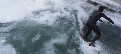 Eisbach mit stehender Welle